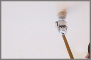 消防設備点検で感知器の点検をしている様子